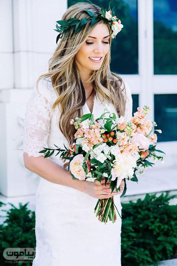 تاج گل طبیعی بر روی موهای عروس