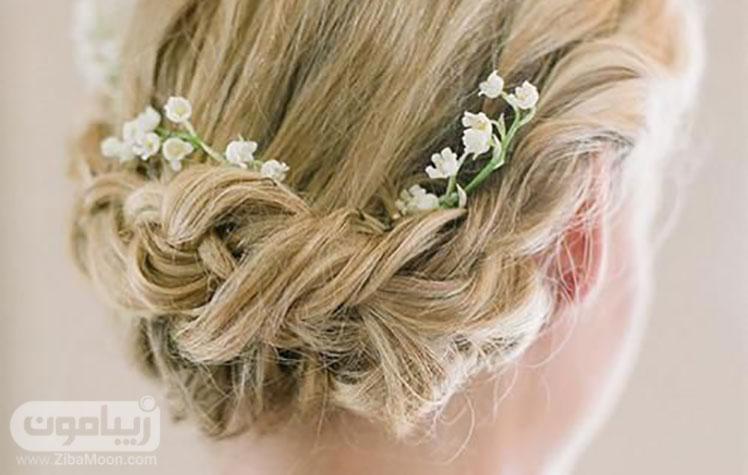 شینیون عروس و یک دیزاین ساده با شکوفه های سفید