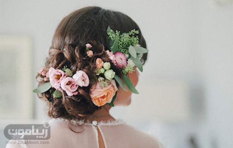 گلهای طبیعی و بهاری بر روی موهای عروس