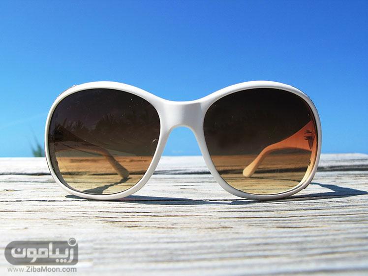عینک آفتابی با رنگ شیشه قهوه ای رنگ