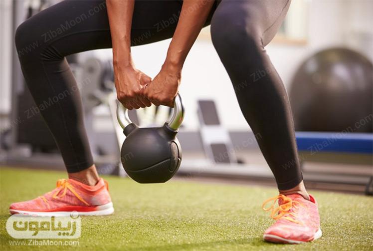 بلند کردن وزنه ورزشی در باشگاه