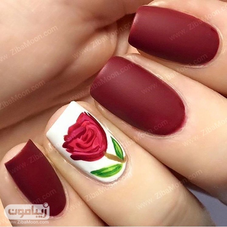 لاک ناخن زرشکی و طرح گل سرخ