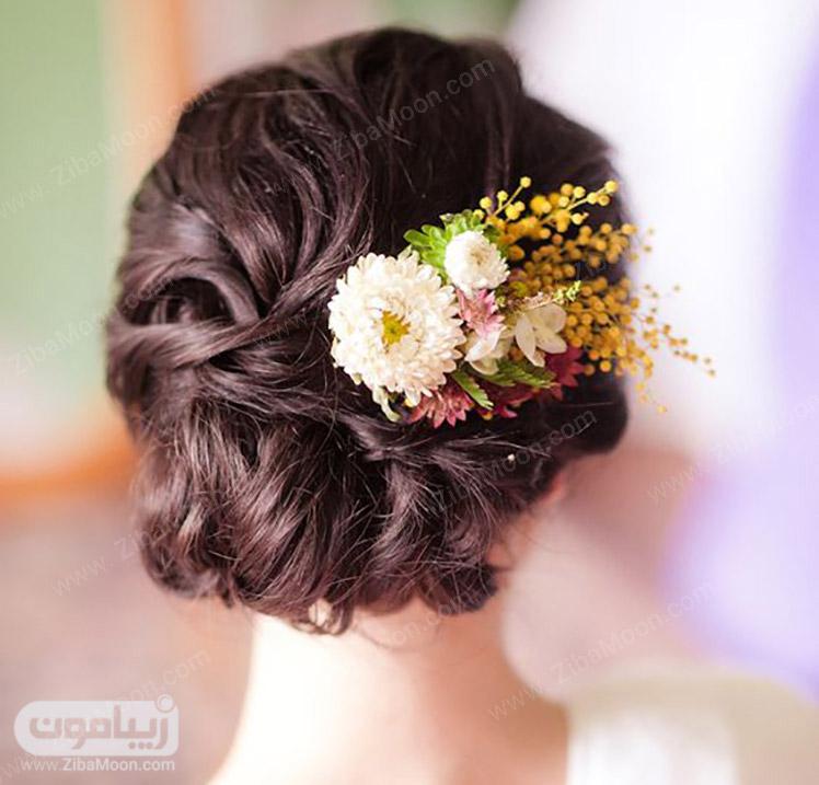 شینیون مو مشکی با گل سفید و شکوفه زرد