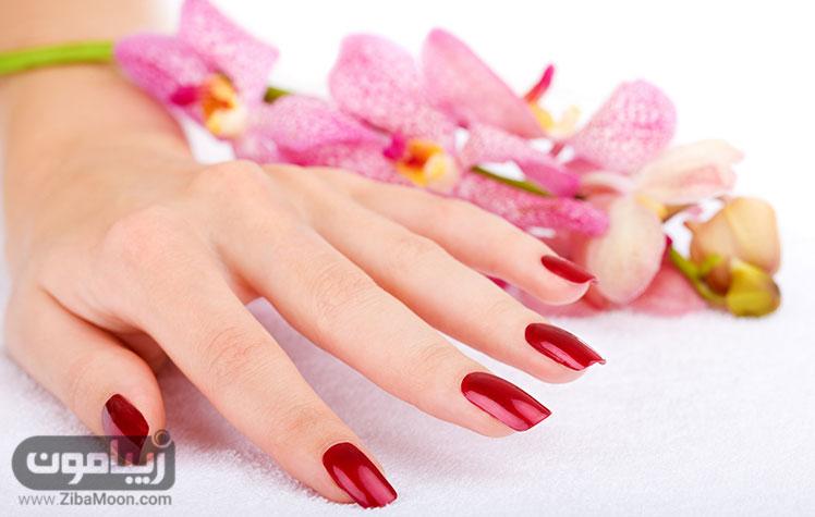 ناخن قرمز و گل