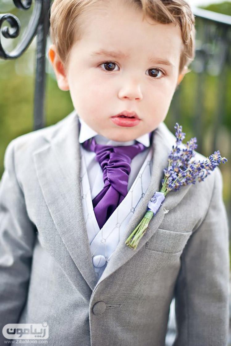 پسربچه با کراات یاسی رنگ