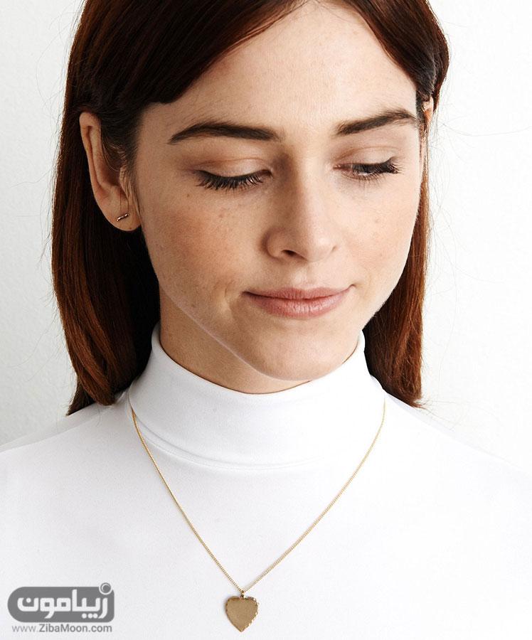 گردنبند شکل قلب و لباس ساده