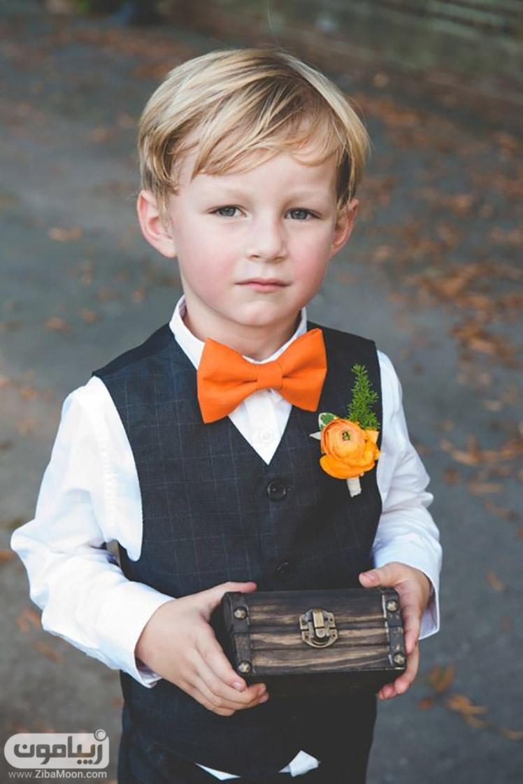 پسر بچه با پاپیون نارنجی