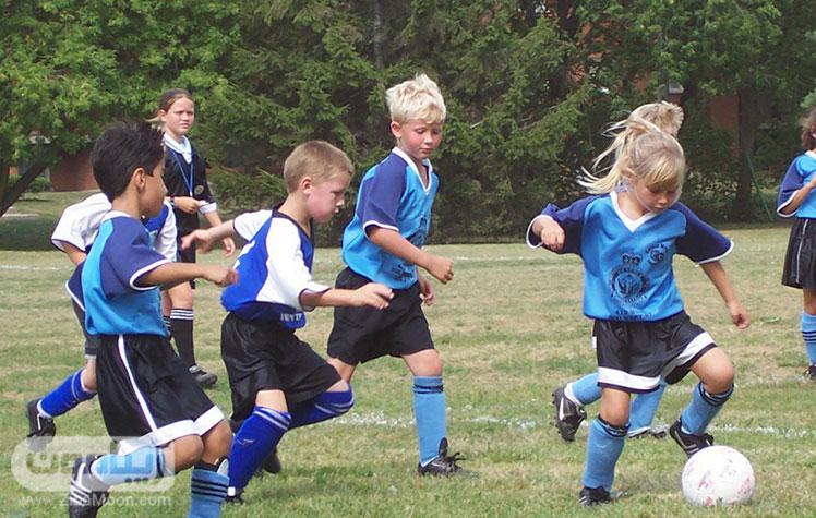 فوتبال بازی کردن بچه ها