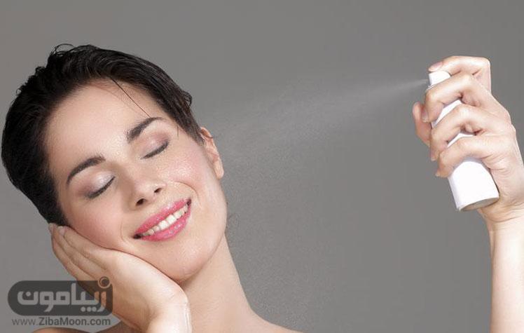 زنی در حال اسپری کردن روی صورت