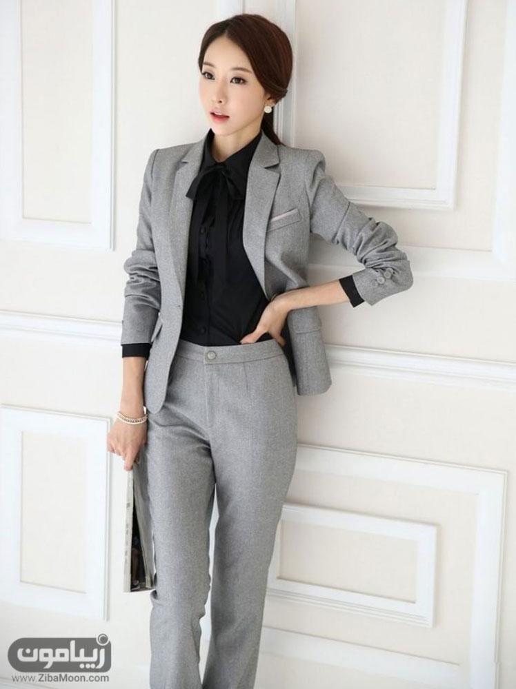 پوشش رسمی زن کره ای با کت و شلوار طوسی و لباس مشکی