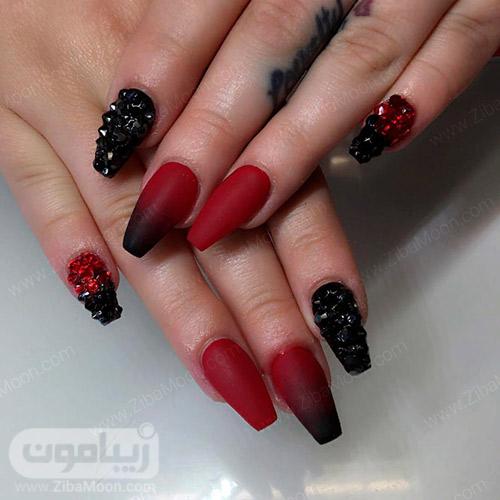 طراحی ناخن سیاه روشن با لاک مشکی و قرمز و نگین های درخشان
