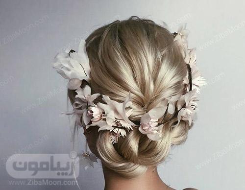 شینیون عروس به شکل بافته شده و تاج گل پارچه ای