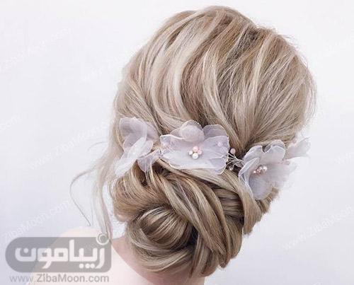 مدل مو عروس در پایین سر و تزیین شده با گلهای پارچه ای