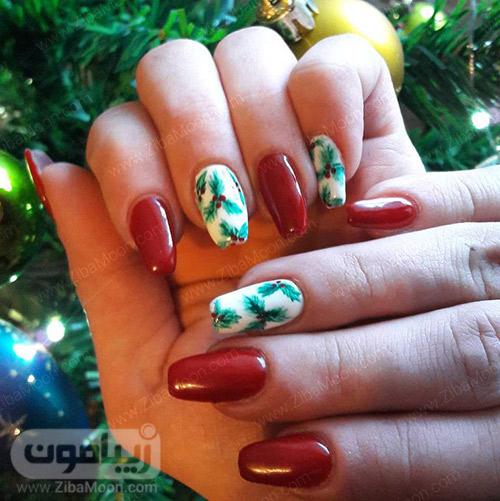 دیزاین ناخن زیبا با لاک زرشکی و سفید و طرح برگ مخصوص کریسمس