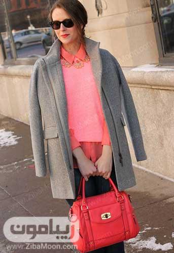 استایل زنانه شیک با لباس مرجانی پالتو خاکستری و کیف نارنجی