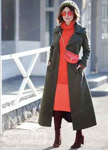 استایل زمستانی با پالتو خاکستری دامن و لباس مرجانی و بوت بلند قهوه ای