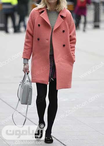 استایل زمستانی زنانه با پالتو مرجانی و لگ مشکی