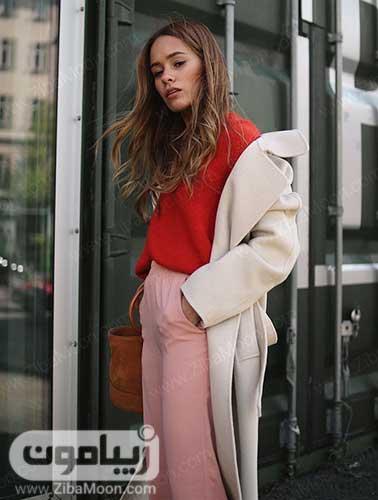 استایل زمستانی دخترانه با پالتو کرمی لباس مرجانی و شلوار صورتی روشن