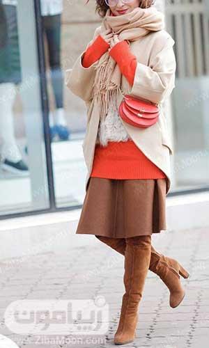 استایل شیک زنانه با پالتو کرمی و لباس و کیف مرجانی