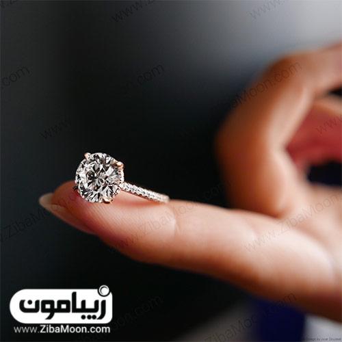 حلقه الماس روی انگشت