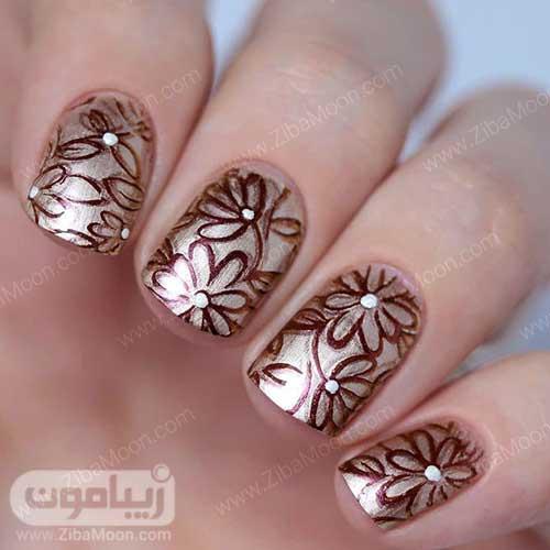 طراحی ناخن گلدار با لاک متالیک و درخشنده