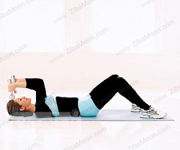 حرکت ورزشی درازنشست با دمبل بالای سر