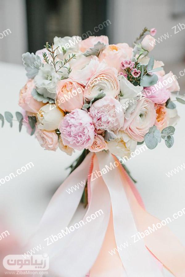 دسته گل عروس با گل های طبیعی هلویی رنگ