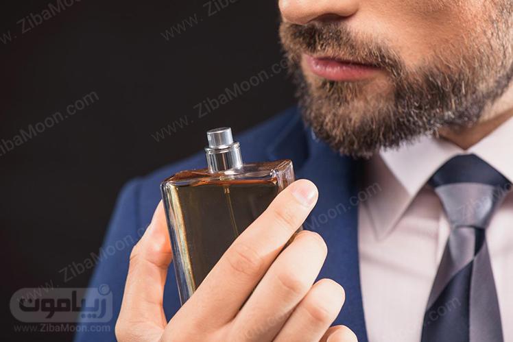 مردی با کت آبی و عطر