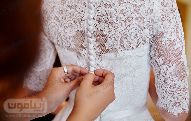 بستن دکمه های لباس عروس