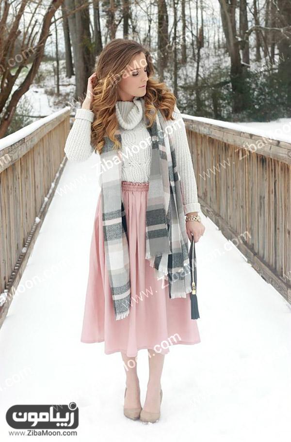 استایل زمستانی دخترانه با دامن صورتی و پلیور سفید