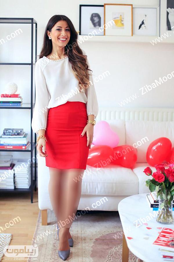 استایل زنانه جذاب با شومیز سفید و دامن قرمز