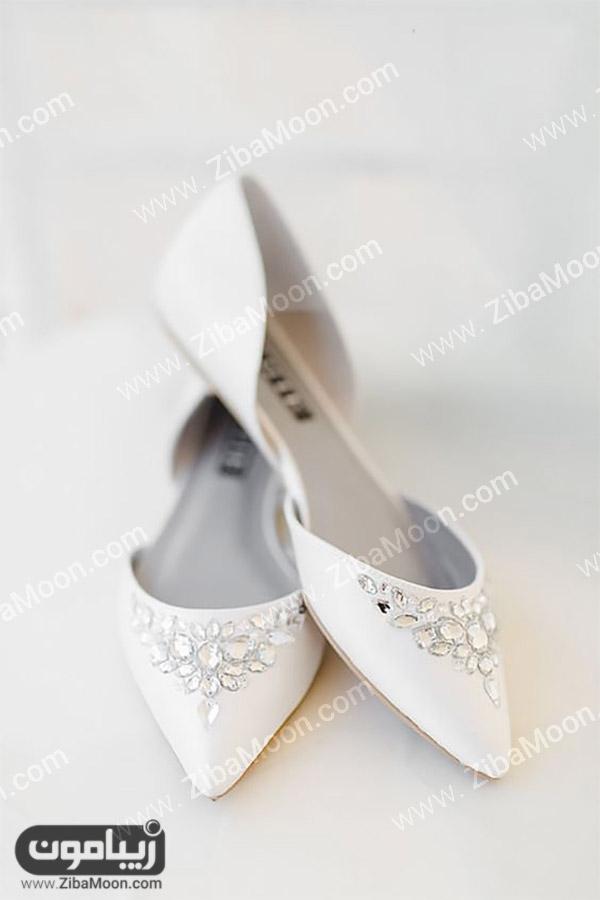 کفش عروس سفید با پاشنه تخت و نگین کاری شده