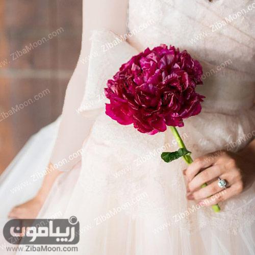 گل بزرگ و بنفش رنگ برای عروس
