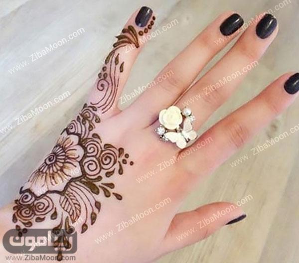 نقش حنا به شگل گل روی دست