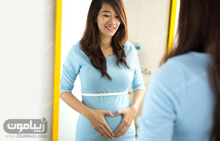 خانم باردار مقابل آینه