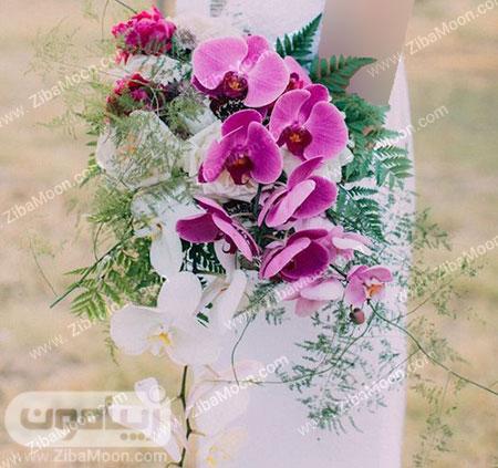 دسته گل عرس با ارکیده سفید و صورتی و برگ های سبز