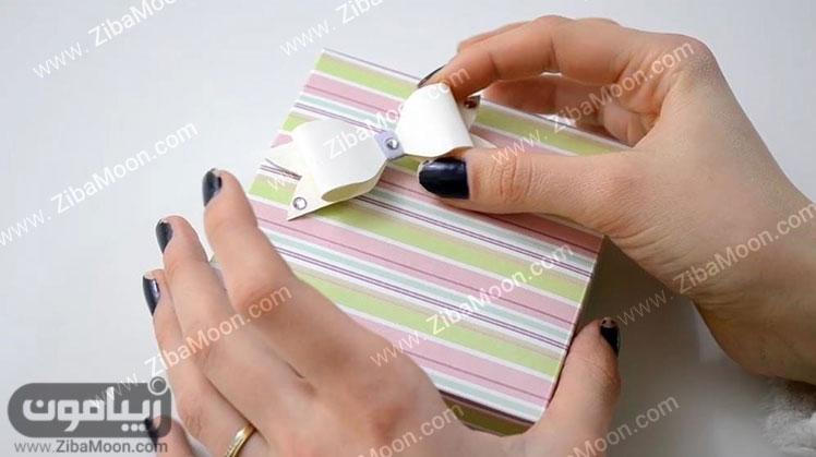 پاپیون روی جعبه کادویی