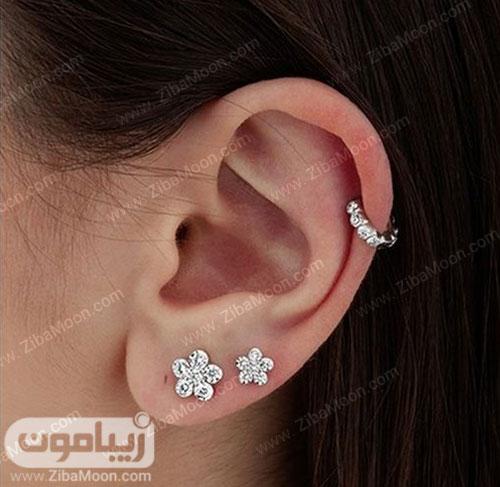 دو گوشواره پیرسینگ به شکل گل روی گوش