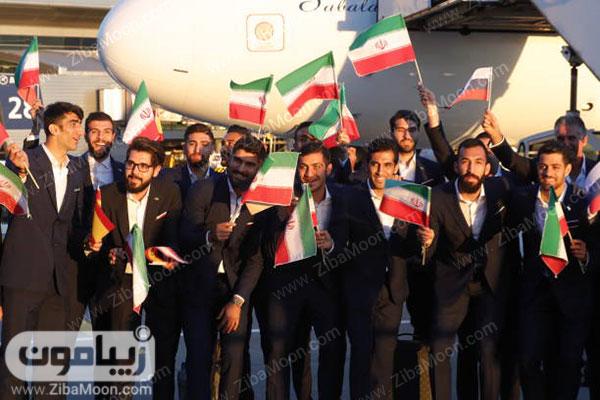 بازیکنان تیم ملی با کت و شلوار و پرچم ایران