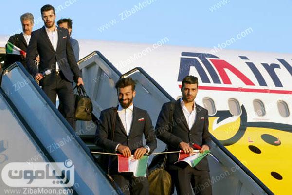 بازیکنان تیم ملی در حال پیاده شدن از هواپیما