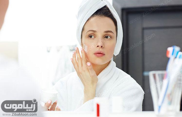 کرم مرطوب کننده روی پوست صورت