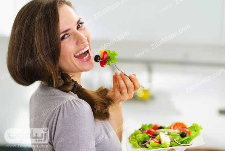 سالاد خوردن زن جوان