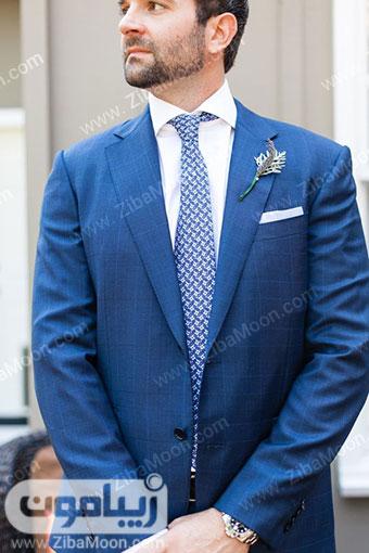 کت و شلوار آبی تیره با کراوات طرح دار