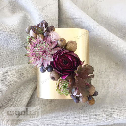 مچ بند گل عروس با گل رز ارغوانی و برگ شمشاد