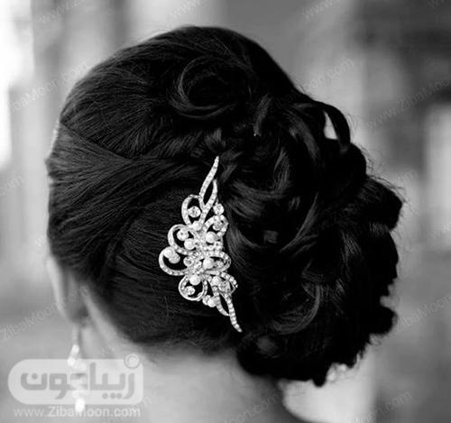 شینیون عروس با اکسسوری زببا و درخشان و رنگ موی مشکی