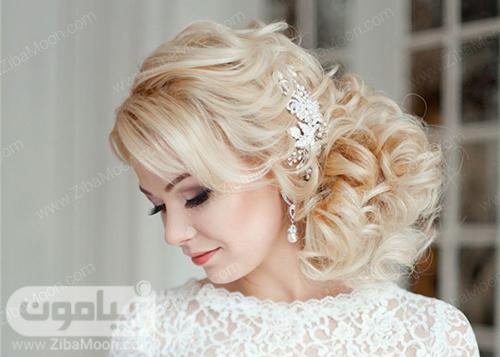 شینیون عروس با موهای بلوند و اکسسوری درخشان