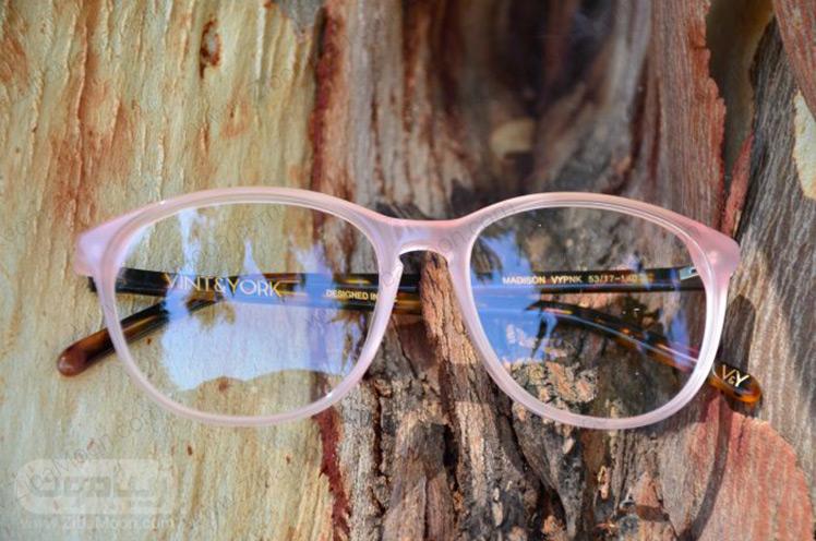 عینک طبی با فریم صورتی