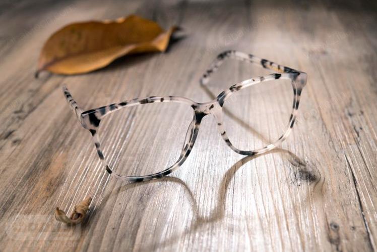 عینک طبی با فریم طرح پلنگی