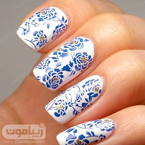 دیزاین ناخن شیک با گلهای آبی روی زمینه سفید ناخنها