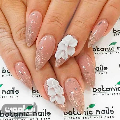 مدل ناخن نوک تیز با طرح گل برجسته سفید